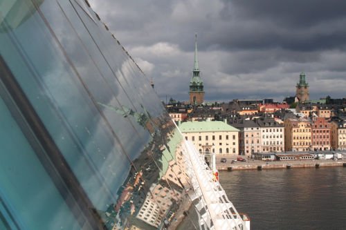 Blick am Schiff entlang auf Stockholm