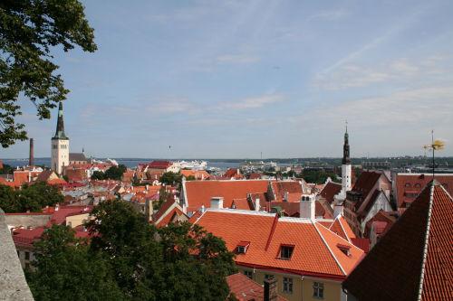 Blick über Tallinn in den Hafen, wo die Mein Schiff 2 ankert