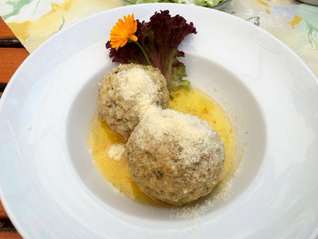 Anschließend kann man in der angrenzenden Burggaststätte einkehren. Hier: Speckknödel mit Butter und Parmesan sowie...