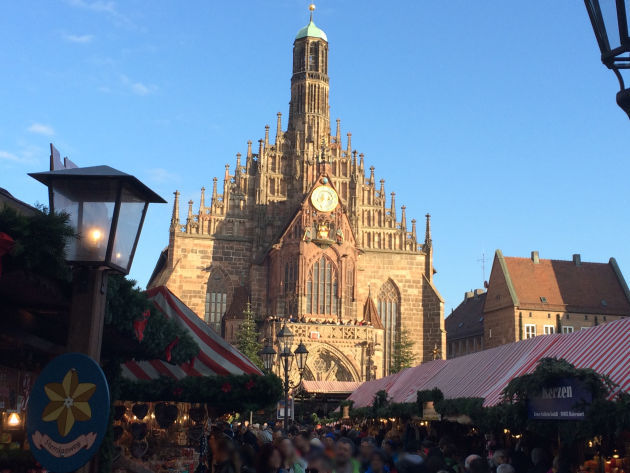 Blick über den Christkindlmarkt zur Nürnberger Frauenkirche