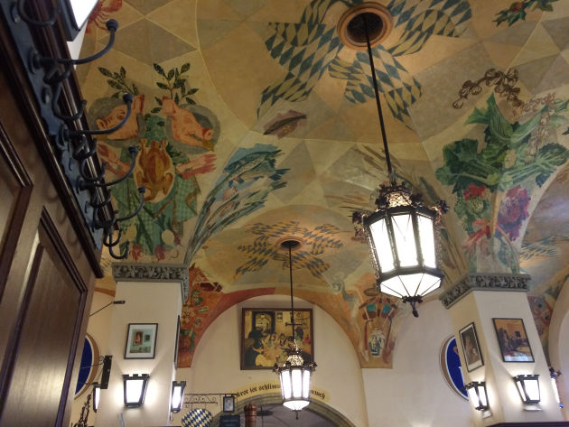 Das ansprechende Flair in den hohen Räumen des Hofbräuhauses