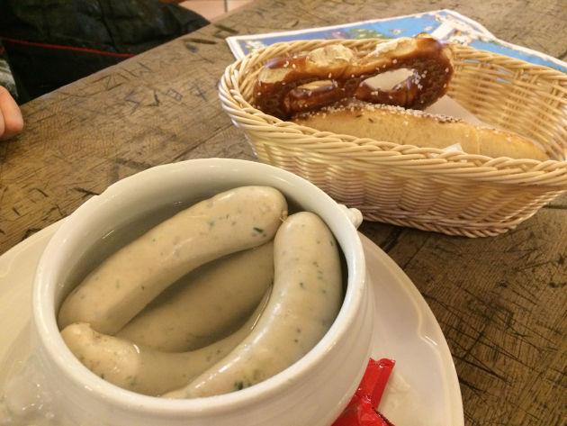 Leckere Weißwürste für 4,90 € plus 1,20 für eine Breze/Salzstangerl