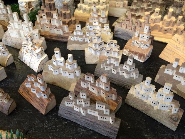 Kleine Burgen aus Holz, die man komplett in sich zusammenschieben kann.