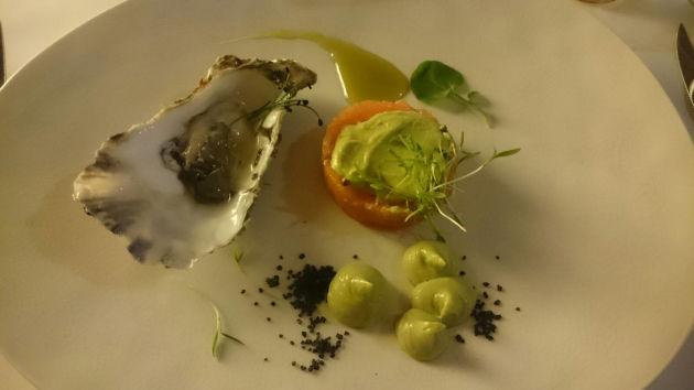Ikarimi-Lachs-Tartar & Wasabi (mit einer Extra-Beilage des Küchenchefs: einer Auster)