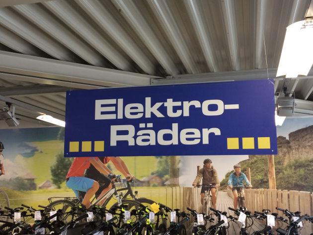 Wir haben uns auf den Weg in ein Fahrradgeschäft gemacht, um uns über E-Bikes zu informieren