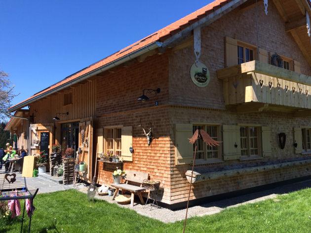 Die Alp-Gaststätte »Butterblume« bei Maierhöfen lädt zum Verweilen auf einer sonnigen Terrasse ein