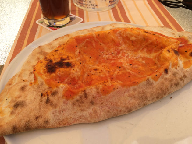 Pizza Calzone in der Pizzeria Toscana in Wagenbühl