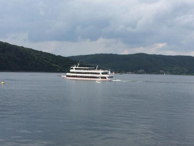 Der Edersee mit Personenschifffahrt ist nur 4,5 km entfernt