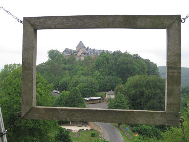 Oben gibt es einen Aussichtspunkt, von dem man zum Schloss hinüber schauen kann.