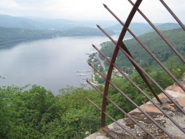 Die wunderbare Sicht über den Edersee vom Burghof aus.