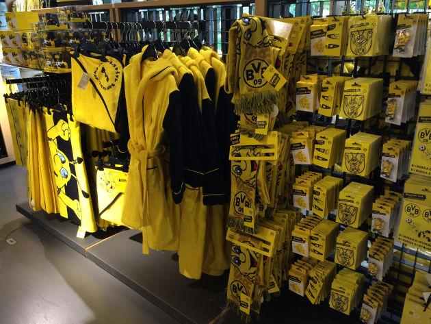 Merchandising-Produkte im Fan-Shop von Borussia Dortmund