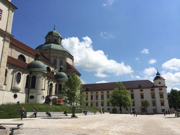 Der neu gestaltete Hildegardplatz vor der Basilika