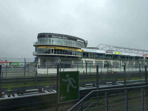 Das Wetter am Nürburgring begrüßte uns etwas ungemütlich