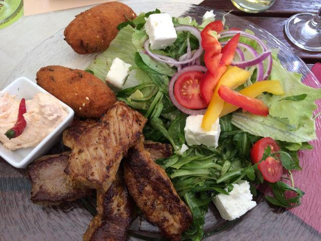 Leeeecker: Rinderfiletstreifen mit Kroketten und Salat in »Zur alten Münz« in Speyer.