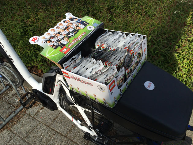 Eine Kiste voller Fußballer - kaum Platz in meinem Fahrradkoffer.