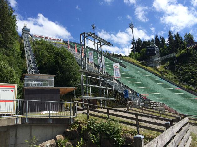 Und ganz unten kommt man an der Skisprungschanze vorbei.
