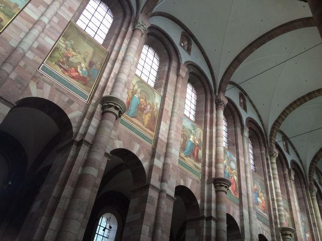 Die riesigen Fresken im Speyer Dom.