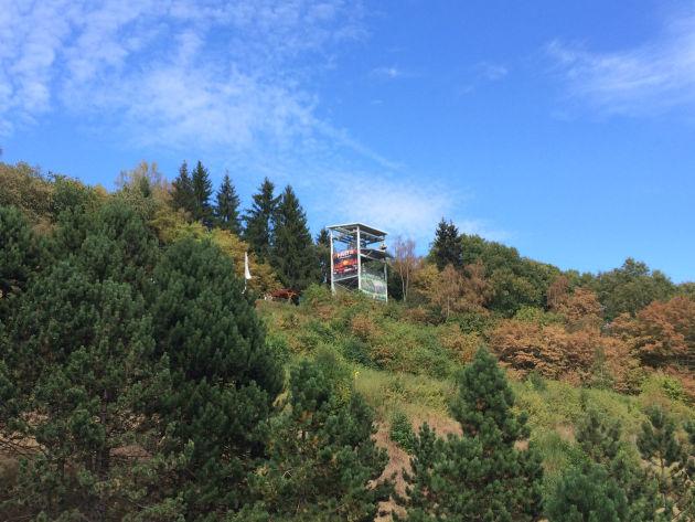 Von diesem Turm aus ging es mit der Megazipline über den Stausee