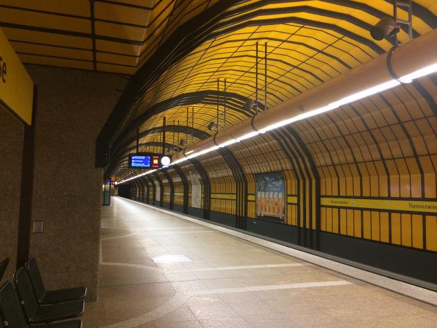 Morgendliche Fahrt mit der U-Bahn von der Theresienwiese zum Bahnhof