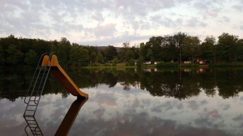 Bild vom Altenberger See mit Wasserrutsche im Vordergrund