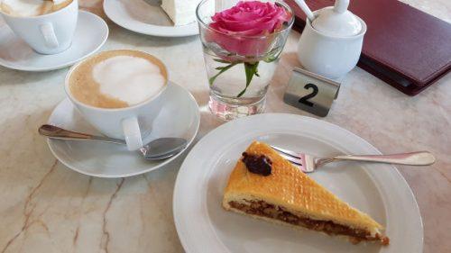 Bild - Kaffeetisch mit einem Kuchen und eine Tasse Cappuccino