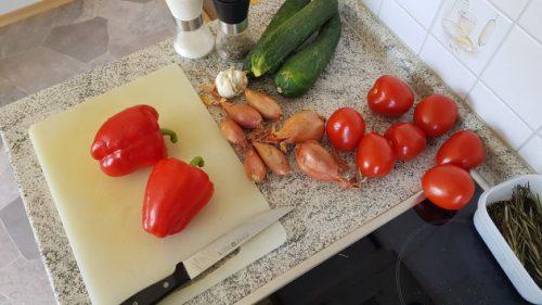 Bild - das Gemüse liegt auf der Arbeitsplatte: Paprika, Schalotten, Zucchini und Tomaten
