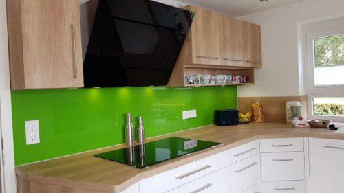 Bild Blick auf die grüne Glasfaser-Rückwand in der Küche