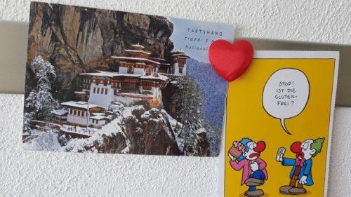Zwei Ansichtskarten an meiner Ansichtskartenwand: links eine Karte aus Buthan.