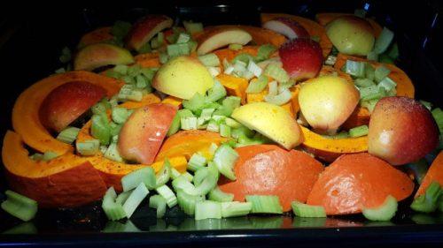 Kürbis-Apfel-Staudensellerie-Gemüse im Dampfbackofen
