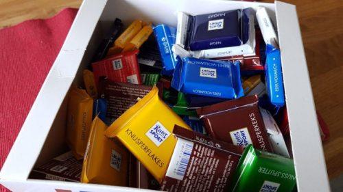 Eine große Schachtel voller Schokolade