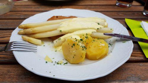 Bild von Schnitzel mit Spargel und Kartoffeln