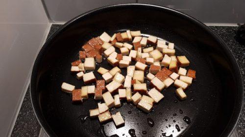 Tofu-Stückchen in Pfanne