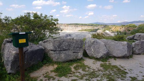 Blick über einen Kalkstein-Tagebau mit Stempelstelle