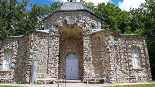 Eines der Gebäude im Felsengarten von Sanspaleil