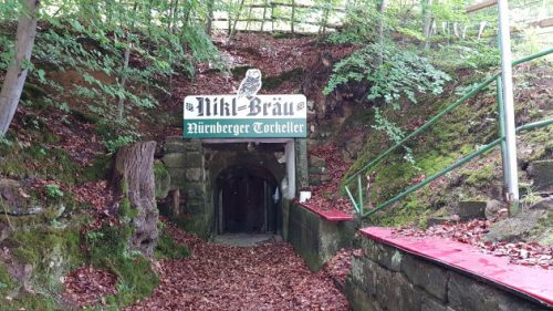 Ein Bierkeller im Kellerwald von Forchheim