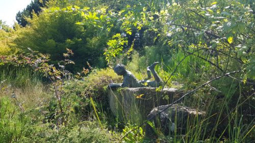 Bronzeplastik im Blumenpark von Dehner