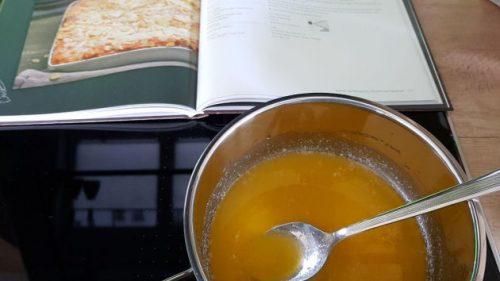 Dampfbackofen-Kochbuch mit geschmolzener Butter
