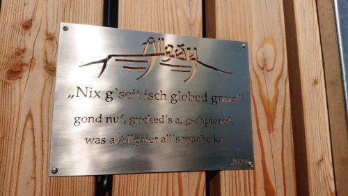 Ein Schild mit dem Allgäuer Lebensmotto: Nix g'seit isch globed gnua«