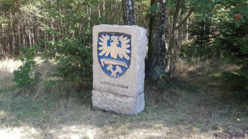 Seltsamer Wappenstein am Kreuz des Ostens.