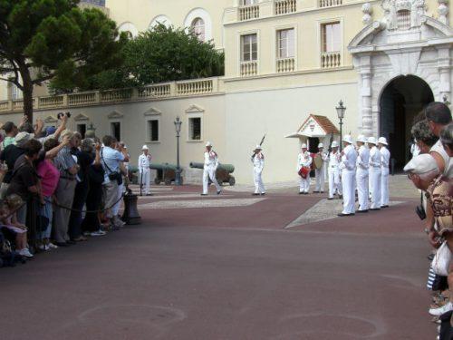 Wachablösung vor dem Prinzenpalais in Monaco