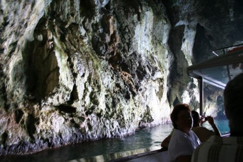 Bootsfahr in eine Grotte