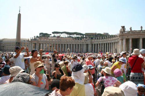 Viele Menschen aus x Nationen warten in der Hitze auf den Papst