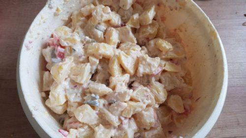 Kartoffelsalat mit Majo, Zwiebeln, Paprika, Apfel und Gurke