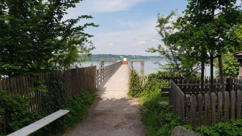 Steg in den Starnberger See hinein.