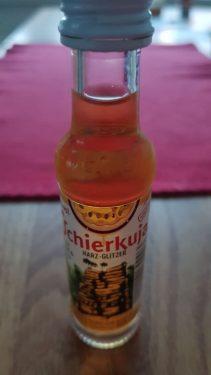 Eine kleine Flasche mit Harzer Schierkuja Likör