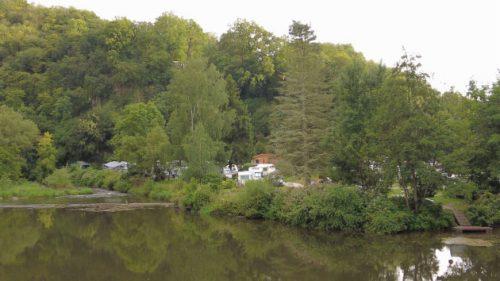 Blick auf den Campingplatz von der anderen Flussseite aus.