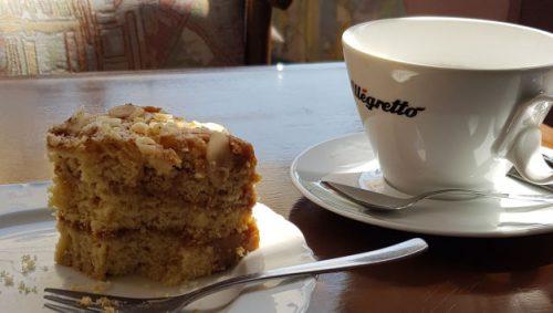 Stück Kuchen und Tasse Kaffee